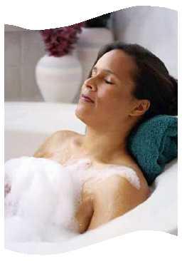 Frau im Badezimmer in der Badewanne Duschwanne Duschabtrennung